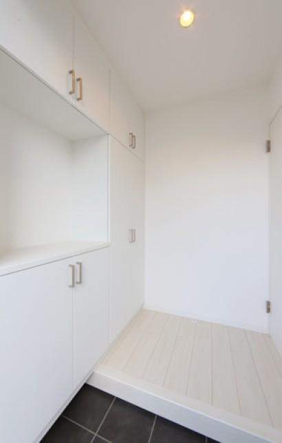 玄関を開けると真っ白な壁と床が広がり    落ち着いた雰囲気を感じさせてくれます。